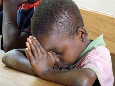 Enfant des rues en prière