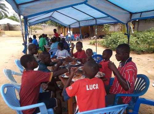 Repas de fête de Nouvel An pour les enfants des rues du Centre Ndako Ya Biso à Kinshasa