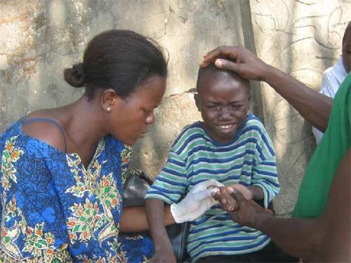 Soins de santé aux enfants des rues au dispensaire du Centre Ndako Ya Biso à Kinshasa