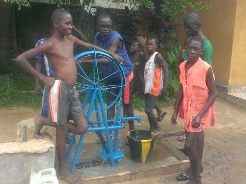 Une roue de vélo en guise de pompe à eau au Centre Ndako Ya Biso à Kinshasa