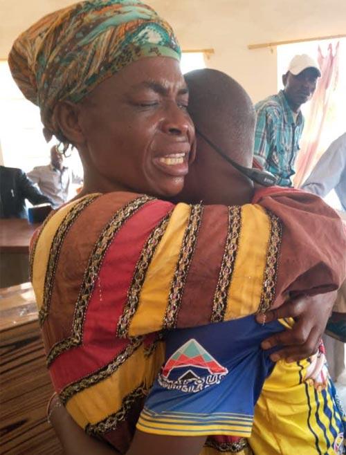 Retrouvailles entre une maman et son enfant victime de trafic d'enfants à Kinshasa, RD Congo