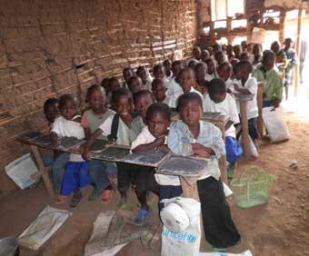 Enfants entassés dans une classe surchargée de l'ancienne école Vutegha au Nord Kivu, RD Congo