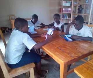 Enfants de Kirumba en train de lire dans la bibliothèque Vutegha au Nord Kivu, RD Congo