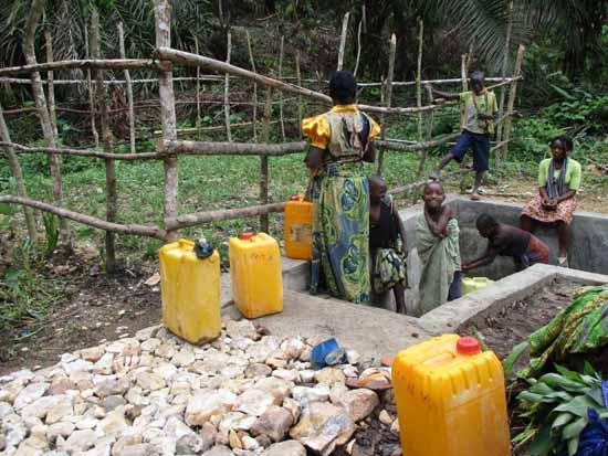 Borne-fontaine alimentée par une source d'eau potable à écoulement gravitaire à Kabweke au Nord Kivu en RD Congo