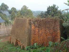 Tas de briques pressées et cuites par les familles de Vutegha au Nord Kivu, RD Congo