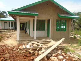 Crépissage et peinture du centre de santé de Kabweke, Nord Kivu en RD Congo