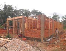 Chantier de construction du centre de santé de Kabweke, en brousse au Nord Kivu en RD Congo