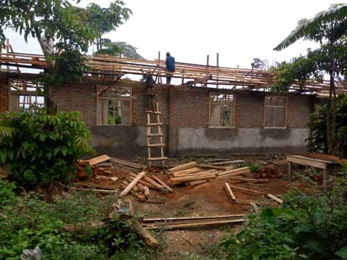 La charpente et le crépi extérieur des six classes de l'école de Visiki en RDC sont terminés