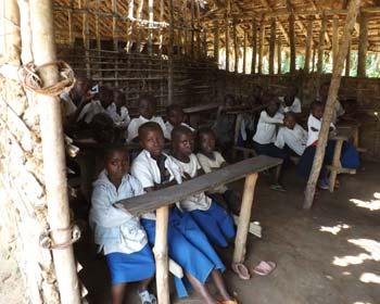 Classe d'une école de brousse sous paillotte, Village de Kabweke, Nord Kivu en RD Congo