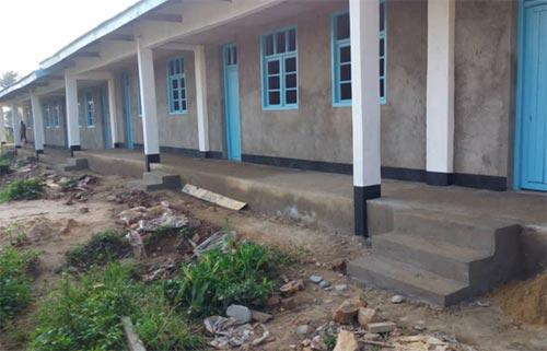 Le bâtiment scolaire de Visiki en RDC vu dans sa longueur