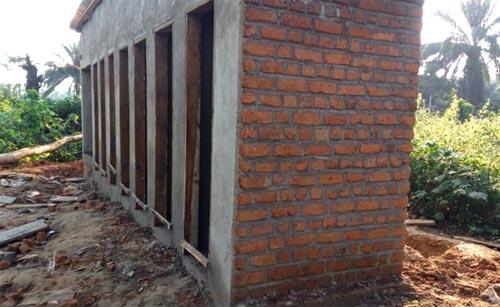 Construction des latrines de l'école de Visiki en RDC.