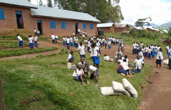 Récréation dans la cour de l'école primaire Vutegha au Nord Kivu, RD Congo