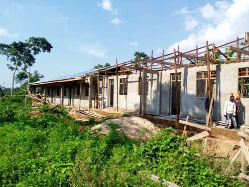 Les crépis intérieurs et extérieurs du bâtiment scolaire de Visiki en RDC sont terminés