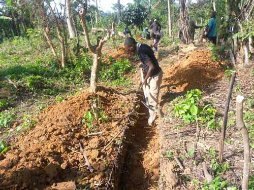 Creusement des tranchées de fondation de l'école de Visiki en RDC