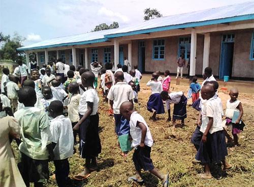Distribution du matériel scolaire aux élèves de l'école primaire de Visiki en RD Congo.