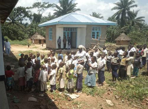 Distribution des fournitures scolaires aux élèves de l'école primaire de Visiki en RD Congo.