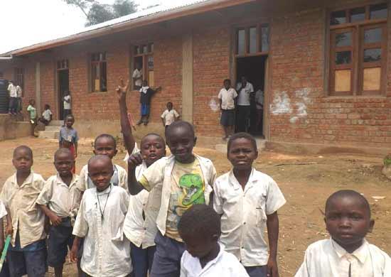 Elèves devant leur nouvelle école du Village Orange de Kabweke, Nord Kivu en RD Congo
