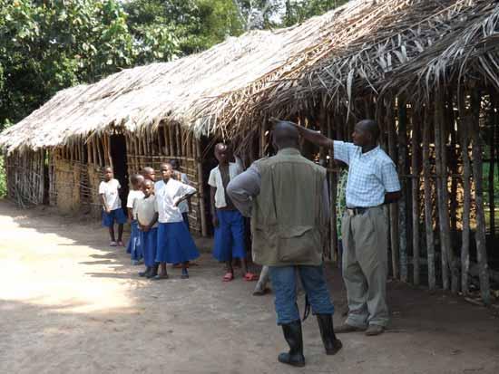 Ecole de brousse en paille dans le village de Kabweke, Nord Kivu en RD Congo