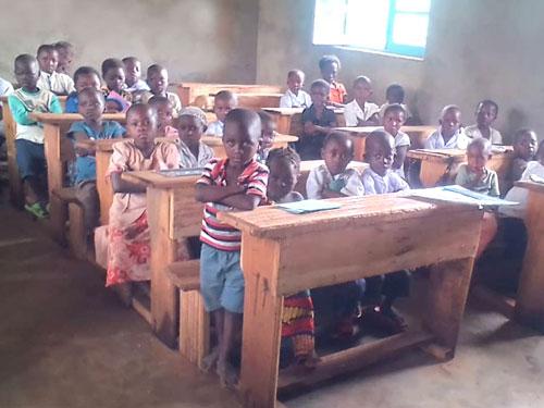 Classe de 1ère année de l'école primaire de Visiki en RD Congo.