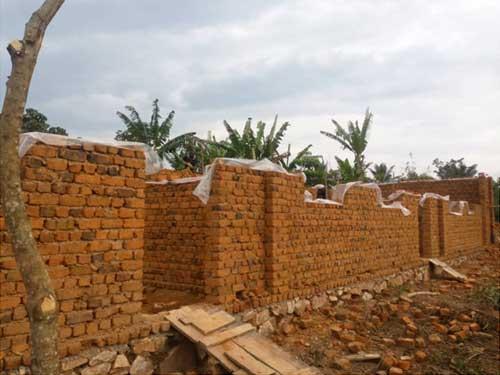 Elévation des murs des trois premières classes de l'école de Visiki en RDC