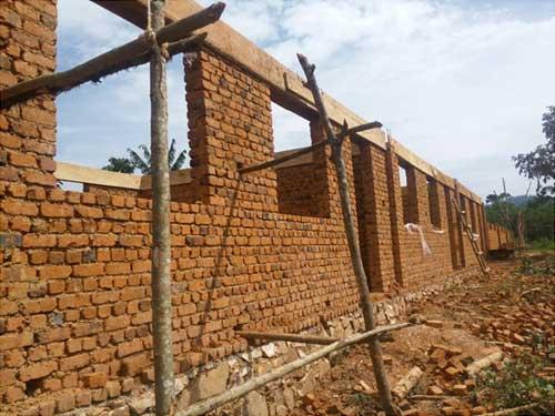 Le bloc des trois premières classes de l'école de Visiki en RDC arrive au linteau