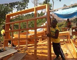 Fabrication des portes et des fenêtres pour le centre de santé de Kabweke, village de brousse du Nord Kivu en RD Congo