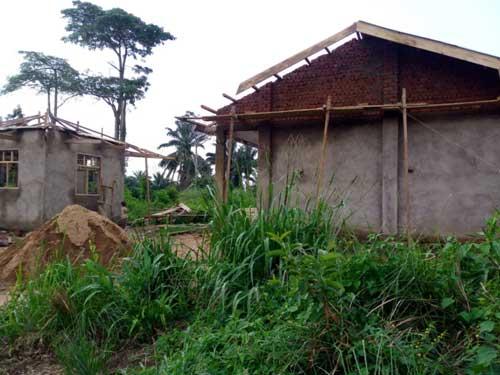 Travaux de finition de la toiture de l'école de Visiki en RDC
