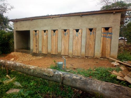 Le bloc sanitaire avec les latrines de l'école de Visiki en RDC.