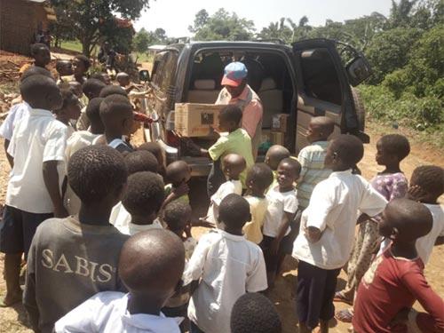 Livraison des fournitures scolaires et du matériel pédagogique pour l'école de Visiki en RDC.