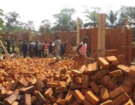 Matériaux rassemblés pour la construction du centre de santé de Kabweke, briques, sable et moellons Nord Kivu en RD Congo