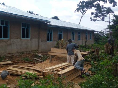 Les menuisiers fabriquent les pupitres de l'école de Visiki en RDC.