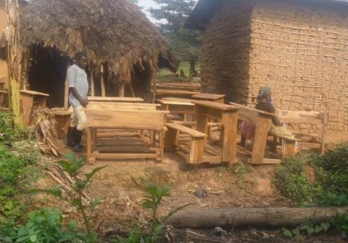 Les menuisiers fabriquent le mobilier de l'école de Visiki en RDC.