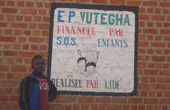 Panneau d'accueil de l'école Vutegha construite par SOS Enfants en partenariat avec la LIDE au Nord Kivu, RD Congo