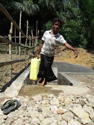 Femme venant de s'approvisionner au point d'eau potable du Village Orange de Kabweke au Nord Kivu en RD Congo