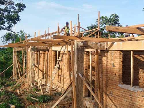 Pose de la charpente des trois premières classes de l'école de Visiki en RDC