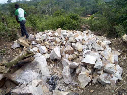 Préparation des moellons pour la construction de l'école de Visiki en RDC