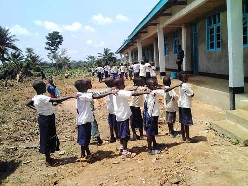 Les élèves de l'école primaire de Visiki en rangs le jour de la rentrée des classes en RD Congo.