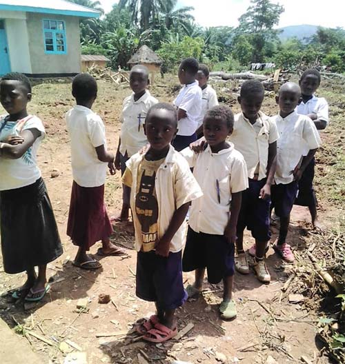 Les élèves de l'école primaire de Visiki en rangs pour la rentrée scolaire en RD Congo.