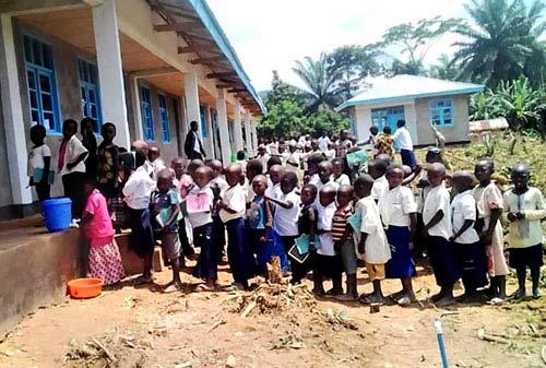 Les élèves de l'école primaire de Visiki prêts pour la rentrée des classes en RD Congo.
