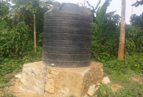 Réservoir eaux pluviales pour le bloc sanitaire et les latrines de l'école de Visiki en RDC.