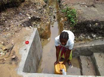 Creusage du canal d'évacuation des eaux usées de la borne-fontaine à  Kabweke au Nord Kivu en RD Congo
