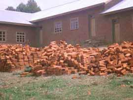 Stock de briques cuites par la population pour la construction de l'école Vutegha au Nord Kivu, RD Congo