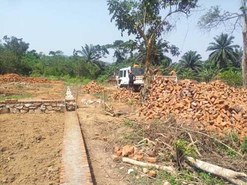 Transport des briques pour la construction de l'école de Visiki en RDC