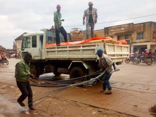 Transport des fers à béton pour la construction de l'école de Visiki en RDC