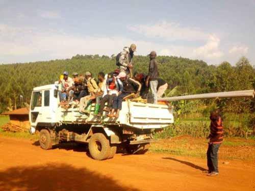 Transport des maçons qui vont construire l'école de Visiki en RDC