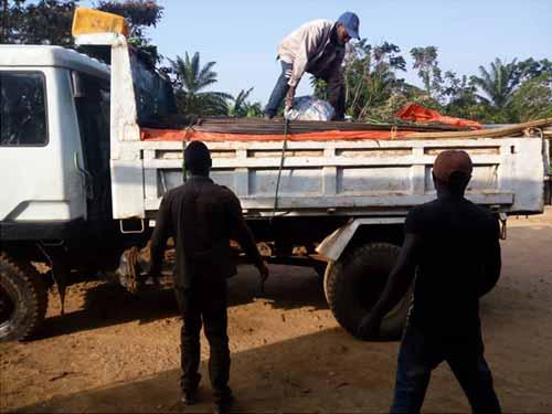 Transport des matériaux de construction pour l'école de Visiki en RDC