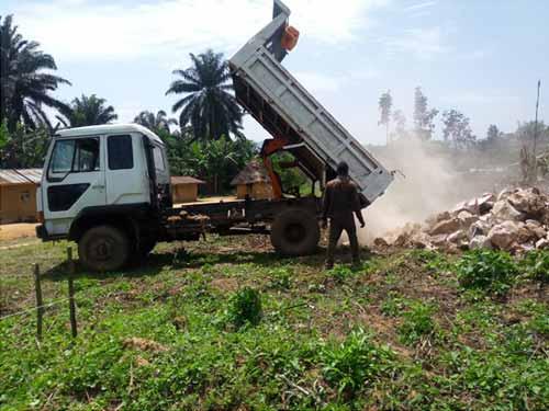 Transport des moellons pour la construction de l'école de Visiki en RDC