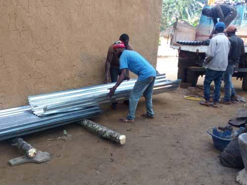 Déchargement des tôles qui vont construire l'école de Visiki en RDC