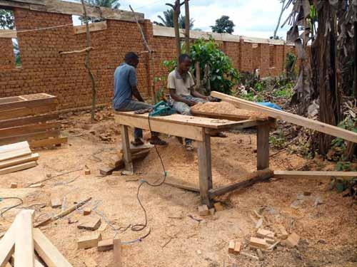Travil des menuisiers pour fabriquer les portes et les fenêtres de l'école de Visiki en RDC