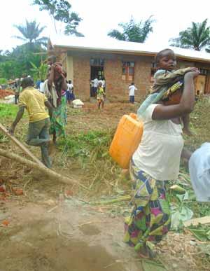 Travaux communautaires effectués par la population de Kabweke pourla construction de l'école de leur Village Orange au Nord Kivu en RD Congo